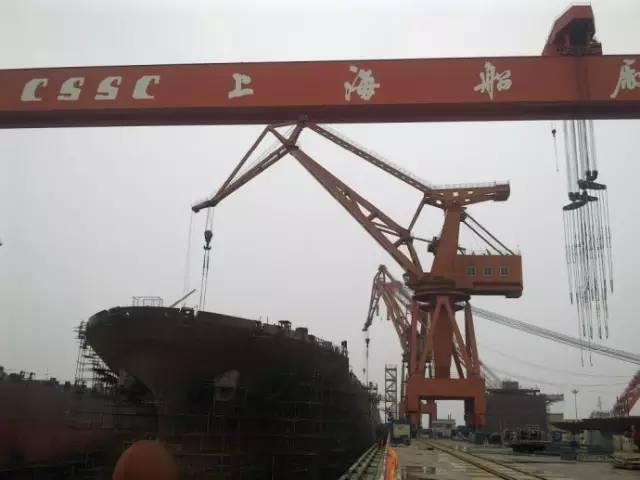 在国际船舶和海工市场持续低迷的大环境下,上海船舶与海洋工程装备产业积极面对结构性过剩局面,在高端海工装备设计、建造方面不断取得重大突破,高技术船舶和海洋工程装备所占份额不断攀升。   上海市经济和信息化委员会船舶产业处处长付春红告诉记者,上海船舶与海洋工程装备产业经过不断产业结构调整和转型升级,已成功扭转三大主流船型占绝对主力的传统结构,大型LNG船、支线型LNG船、超大型集装箱船、超大型液化气船、钻井平台、大型铺管船、全回转起重船和十二缆物探船等高端产品连续获得突破性发展。   不久前记者在美钻集团研发